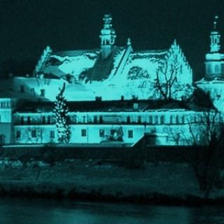 Klasztor_noc_zimne kolory